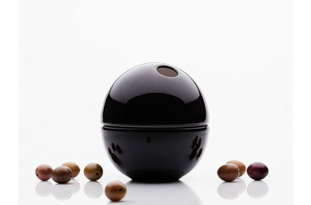 <p>Oli es el bol de Olive que aúna estética y función y que contiene tanto las <strong>aceitunas</strong> como sus pepitas