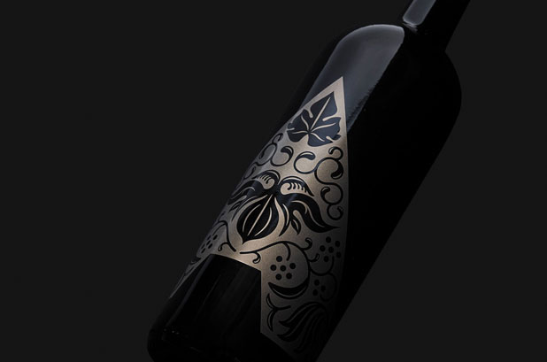 <p><strong>Codorníu Raventós</strong> adquirió un viñedo en la región de Carneros del valle de Napa. La bodega fue rebautizada como <strong>Artesa</strong> y se ha convertido en productor líder de vinos artesanos. <br />Artesa llevó a cabo un proyecto de renovación de su <strong>identidad corporativa</strong>