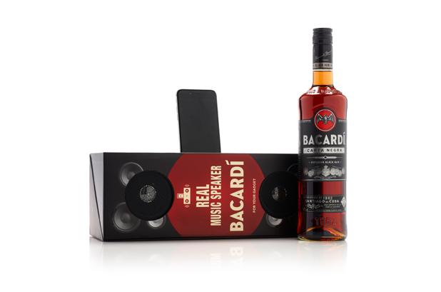 <p>El ron negro <strong>Bacardi Carta Negra</strong> está disponible en una caja con altavoces. Fabricada por <strong>MW Luxury Packaging</strong>