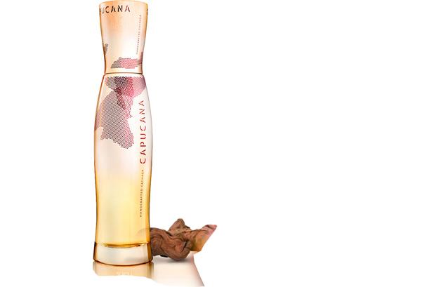 <p>Estal Packaging empezó a comercializar hace un año y medio el original diseño de envase para la popular bebida brasileña 'Cachaça Capucana'. Se trata de una botella con formas sinuosas que recuerdan a las de la caña de azúcar