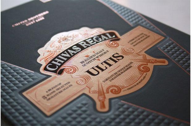 <p><strong>Pollard Boxes</strong> fabrica la lujosa caja de presentación para el primer <strong>whisky</strong> de malta mezclado de <strong>Chivas Regal.</strong> El nuevo Regal Ultis es la combinación de cinco maltas únicas y se ha creado como un tributo a los cinco maestros mezcladores que han conservado el estilo de la casa Chivas desde 1909. <br /><br />La <strong>caja</strong> de Pollard refleja la naturaleza lujosa y única de la nueva mezcla. El <strong>packaging</strong> con estilo de sobrecubierta fue todo un desafío técnico. Presenta un amplio grabado en rombos de alto impacto rodeado de un revestimiento de aluminio. Una zona en bajo relieve alberga la compleja etiqueta de Ultis. El envase también incluye una cinta con el logotipo de la marca. <br /><br />El<strong> papel</strong> tiene un «tacto suave» para mejorar aún más la experiencia del cliente