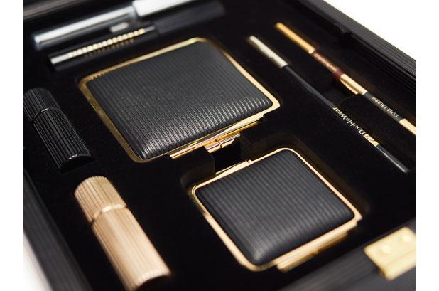 """<p><a href=""""http://www.luxurypackaging.co.uk/""""><strong>MW Luxury Packaging</strong></a> presentó su lujoso envase para la edición limitada de este <strong>estuche de maquillaje</strong>. <strong>Estée Lauder</strong> creó la colección <strong>Victoria Beckham Collection Daylight Edition</strong> en colaboración con la diseñadora de moda y cantante. <br /><br />El discreto envase de MW se elaboró utilizando una subestructura de MDF. Una caja de cartón terciario protector negro alberga el estuche de maquillaje"""