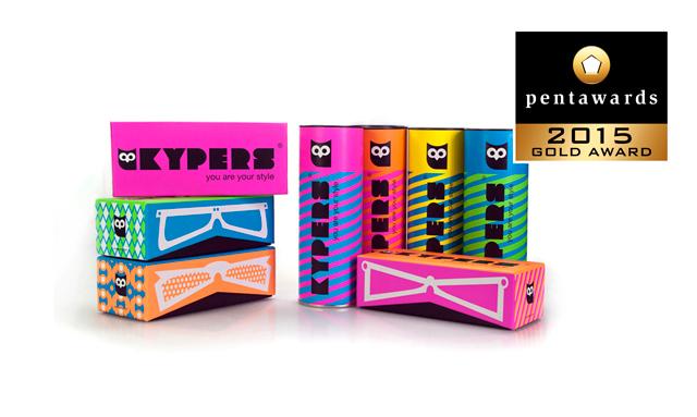 """<p><a href=""""http://www.bestiola.es"""">Bestiola Studio</a> han sido premiados con el Oro en el prestigioso concurso de packaging <strong>Pentawards</strong> 2015 por el proyecto Kypers """"eyewear"""". <br />Bestiola Studio diseñó unos packs atrevidos e innovadores proponiendo unas cajas y unos tubos de tapa metálica forrados con ilustraciones geométricas en colores flúor. Una propuesta sólida y potente que no pasa desapercibida.</p>"""
