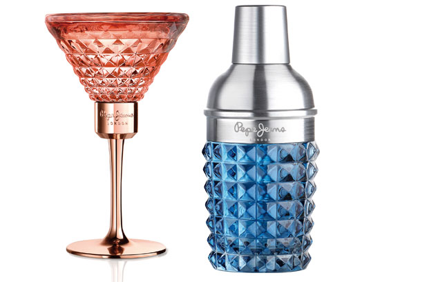 <p>El <strong>frasco</strong> del perfume femenino de<strong> Pepe Jeans London</strong> es una pieza esculpida en forma de una copa de cóctel y cortada en prismas con vidrio de color rosa. <br />Las sofisticadas botellas del mundo de la coctelería han inspirado el diseño del frasco de la fragancia masculina