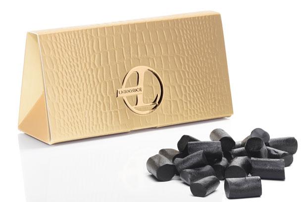 <p>Bolsa de regaliz de lujo sostenible fabricada por <strong>Metsä Board</strong> para Kouvolan Lakritsi. <br />El productor finlandés de regaliz <strong>Kouvolan Lakritsi</strong> quería un nuevo y lujoso envase para su confitería. La alta suavidad de la superficie y la sostenibilidad fueron las razones por las cuales eligió Metsä Board Prime FBB 350 g / m2. <br />Los efectos están realizados con técnicas especiales de laminación y estampados multicapa de alta calidad. <br />El convertidor fue Cadpack.</p>