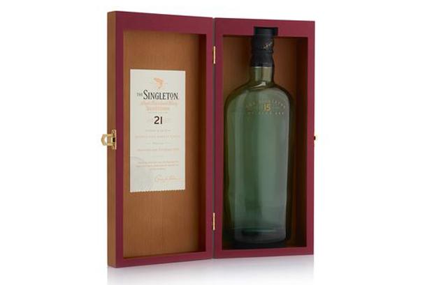 <p><strong>The Singleton of Dufftown</strong> (Diageo) es un <strong>whisky escocés</strong> de malta que proviene de la región de Speyside. El equipo de <strong>MW Luxury</strong> fabricó los packs para dos lanzamientos especiales (de 21 y 25 años) de la destilería Singleton. <br />Los <strong>estuches</strong> para estos whiskies especiales utilizan la misma estructura de caja de madera con bisagras. Las cajas se construyeron a partir de MDF